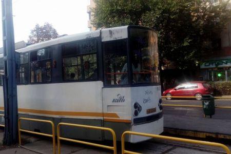 Ziua si problemele la RATB: Tramvaiul 41 s-a defectat si a stat aproape o ora in apropiere de Piata Presei!