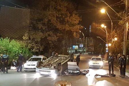 FOTO-VIDEO Traficanti de droguri opriti cu focuri de arma, in Bucuresti, dupa ce masina lor s-a rasturnat!