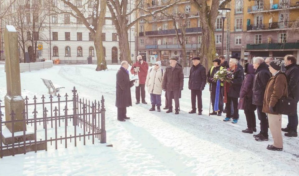 Kransnedläggning vid Rosenius grav på Johannes kyrkogård i Stockholm