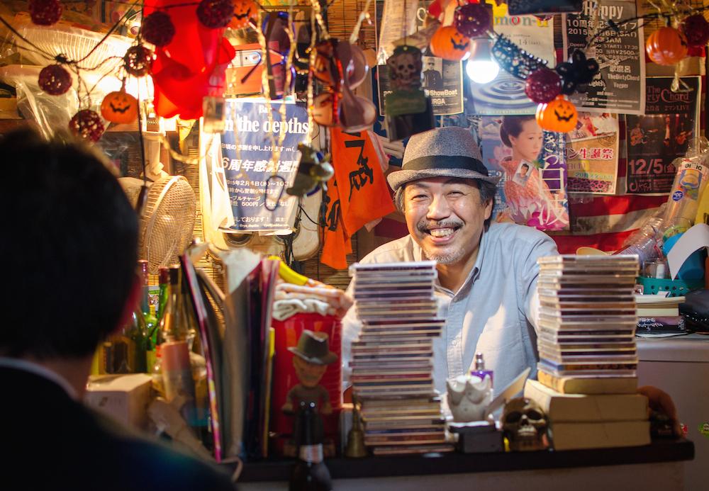 Omoide-yokocho-shinjuku-west-gate-area-stall-drinking-golden-gai-travel-tokyo-japan-jenny-adams-buddha-drinks-fanta