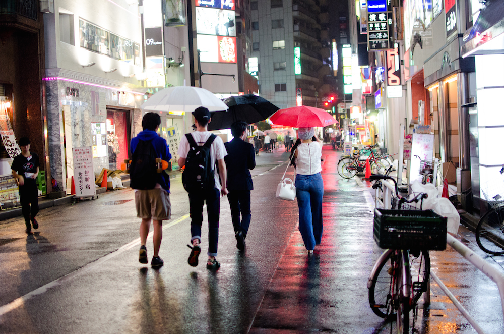 shinjuku-tokyo-japan-raining-umbrellas-tourists-izakayas-travel-buddha-drinks-fanta-0893