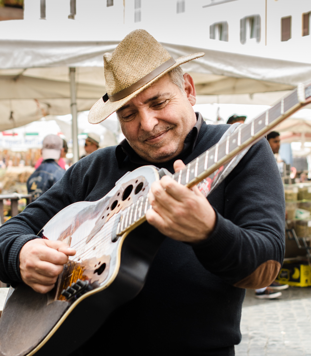 Campo Fiori musician in Rome Italy, photo by Jenny Adams-1003-2