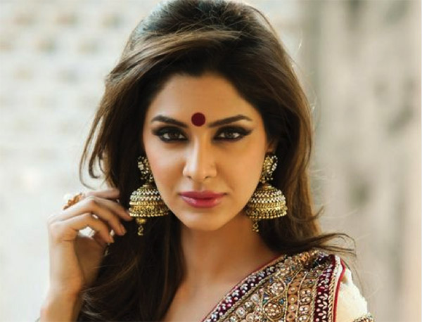 Bindi 10 Indian things that Instantly make a Girl Attractive