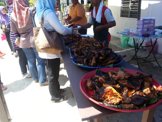 BARBECUED CHICKEN READY TO BE SERVED