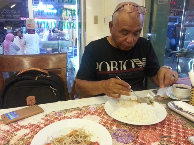 DATO SOBREE ENJOYING DINNER