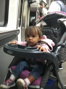 The stroller while travelling with a baby/ el coche al viajar con un bebé