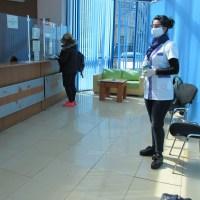 Медицински сестри помагат при раздаването на пенсии във Варна (снимки)