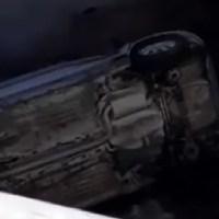 Автомобил падна в канала до новото кръгово (видео)
