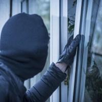 Граждани заключиха крадец на терасата си