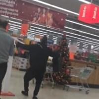 Мъж без маска мята гюбеци в хипермаркет и черпи за първа рожба (видео)