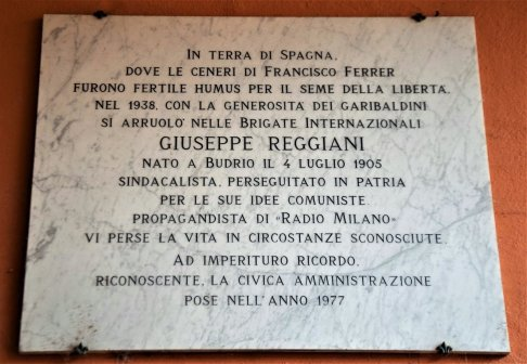 La lapide dedicata a Giuseppe Reggiani.