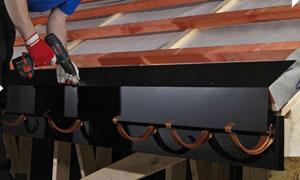 montazh-karniznoj-planki-metallocherepicy