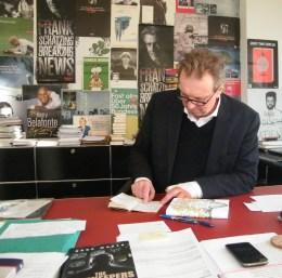 KiWi Verleger Helge Malchow mit seinem schwarzen Notizbuch