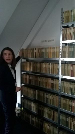 Herstellungsleiterin Alexandra Stender zeigt die Insel Bücherei (c) glasperlenspiel13