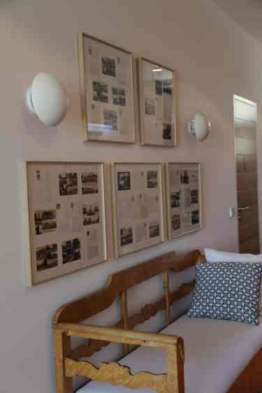 Bilder und Sitzbank im Eingangsflur