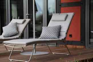 Liegestühle auf der Terrasse