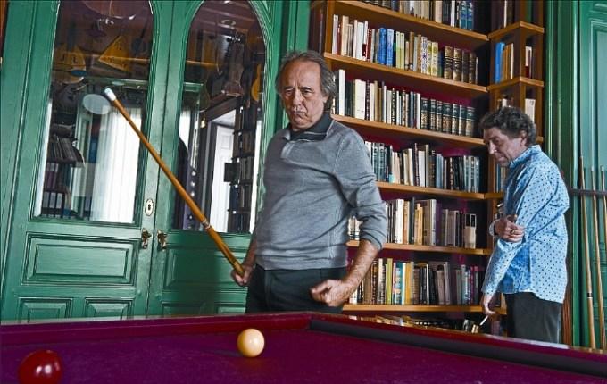 Joan Manuel Serra y Joaquín Sabina jugando billar en su casa