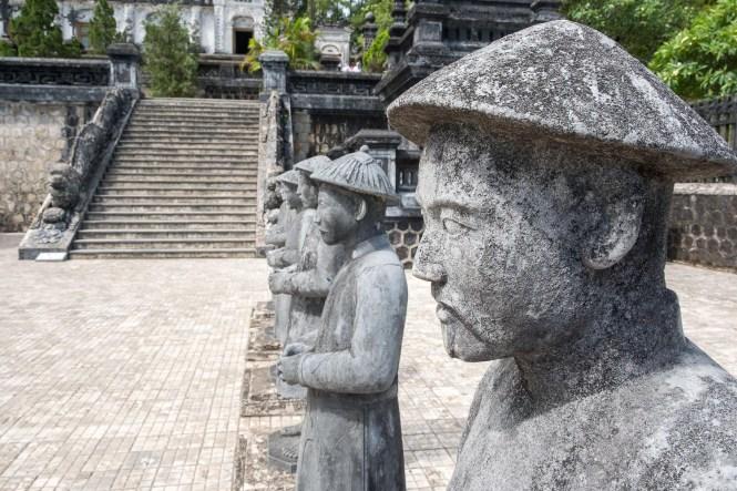 SOLDATS TOMBEAU DE L'EMPEREUR KHAI DINH VISITER HUE EN 1 Jour vietnam