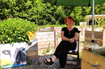 Künstlerin Rebecca Henkel mit einigen ihrer Werke