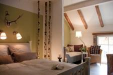 Blick auf das Tagesbett im »Wald«-Zimmer auf dem Lothshof im Flaeming © Buero-Koethe