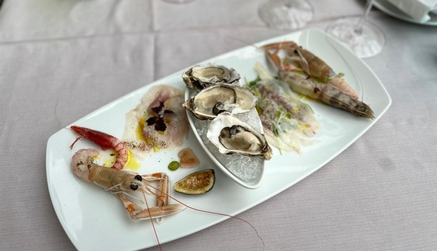 Raw seafood: langoustines, oysters, prawns, with seabass and gilt-head carpaccio