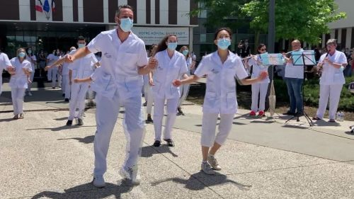 """VIDEO. Haute-Savoie : Une """"flash mob"""" des blouses blanches à l'hôpital pour célébrer la fête de la musique"""