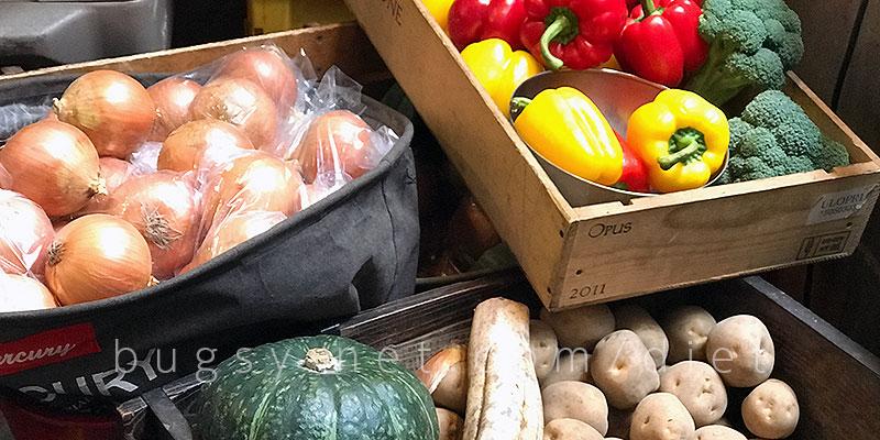 野菜を食べるカレーcamp店舗入り口の野菜