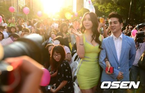 Harisoo with her husband attended the wedding... photo by Osen