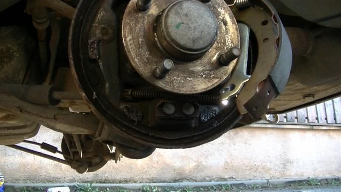 Raccrocher le câble de frein à main