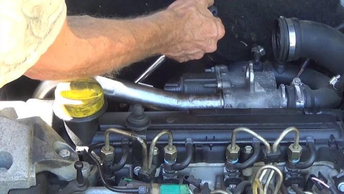 Reposer la patte de levage du moteur
