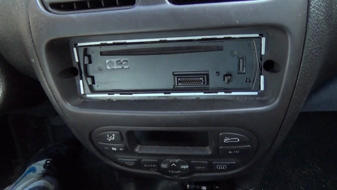 Installer l'autoradio dans le manchon de montage