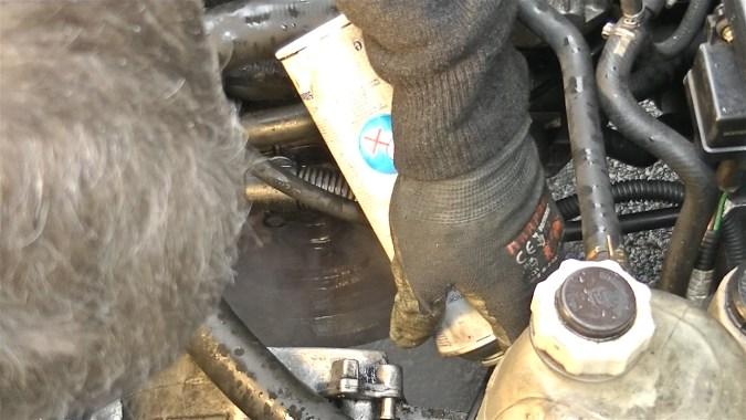 Nettoyer le volant moteur avec du nettoyant freins