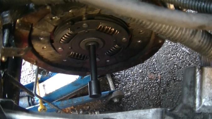 Centrer le disque d'embrayage à l'aide du centreur d'embrayage