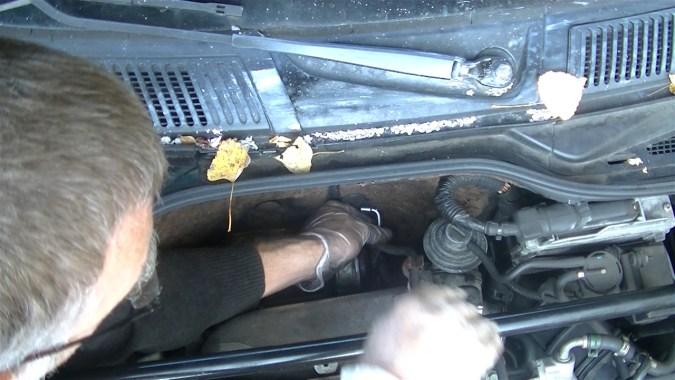 Débrancher le tuyau d'air de sortie boîtier de filtre à air