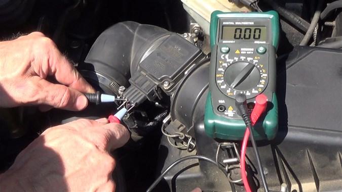 Le multimètre affiche 0V : ce fil est un second fil de masse
