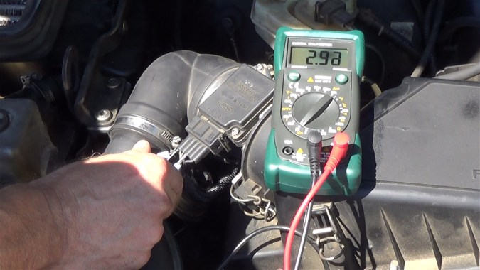 Accélérer le moteur : la tension doit augmenter pendant que le régime moteur augmente