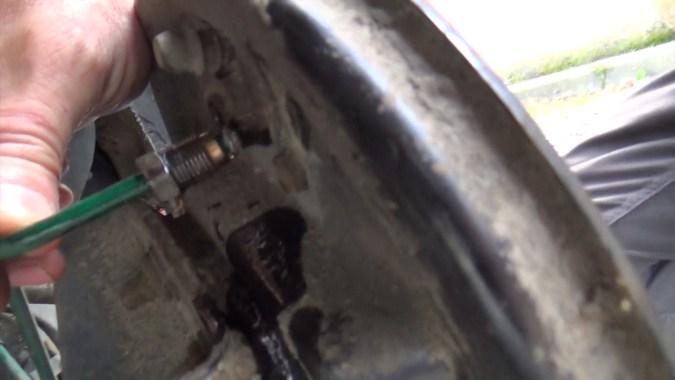 Raccord de la canalisation de frein déposé