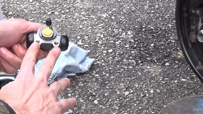 Sur les kits de frein Lucas, le cylindre a 2 vis de fixations (1 seul vis en montage Bosch)