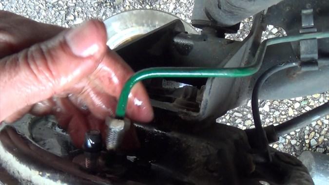 Reposer la canalisation de frein
