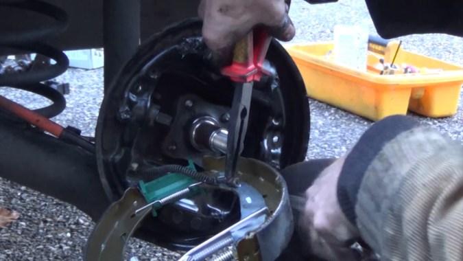 Repose du câble de frein à main sur le segment