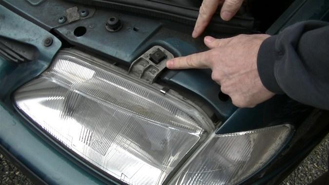 Pour remonter le faisceau lumineux, agissez au niveau de la vis de réglage verticale du phare