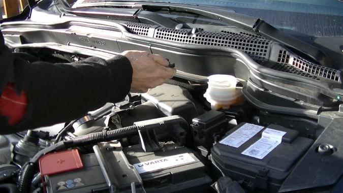 Déposer le bouchon de réservoir du liquide de frein