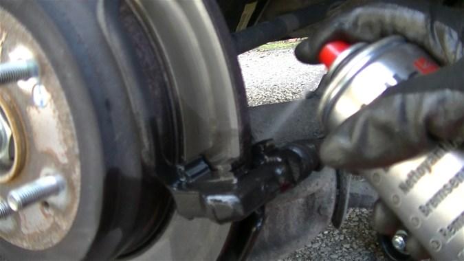 Nettoyer le support d'étrier avec du nettoyant freins