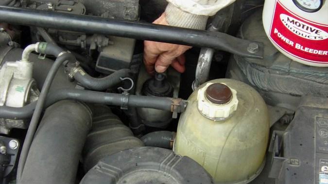 Débrancher le connecteur sur le bouchon du réservoir de liquide de frein