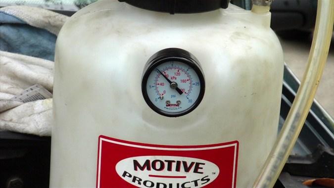 Actionner la pompe jusqu'à atteindre une pression de 10 psi