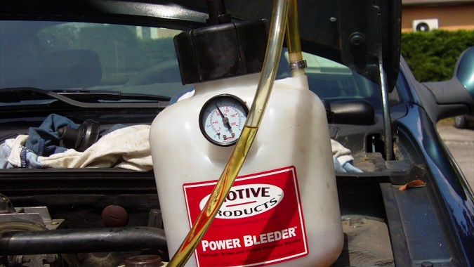 Vérifier qu'il reste du liquide de frein dans la cuve du Power Bleeder