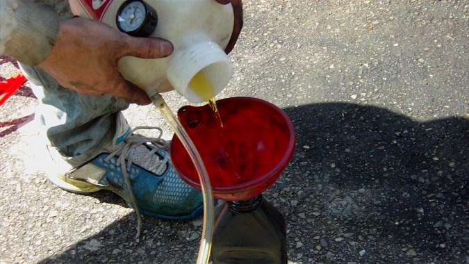 Vous pouvez récupérer le liquide de frein inutilisé pour faire l'appoint plus tard si besoin