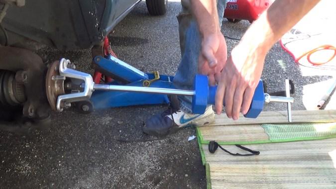 Lancer énergiquement le marteau coulissant de l'intérieur vers l'extérieur