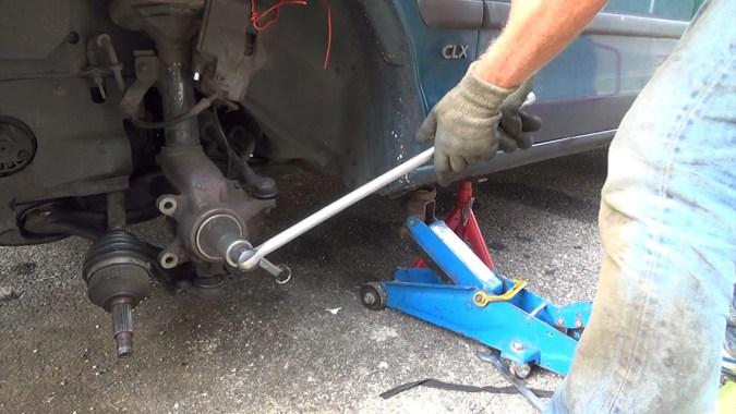 Visser l'extracteur avec une poignée articulée pour extraire le roulement