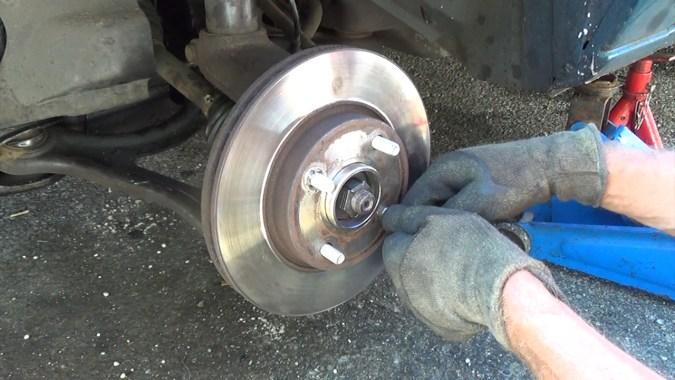 Reposer les rondelles de maintien du disque de frein